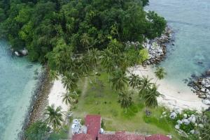 Tepi pulau Lengkuas dari atas menara